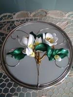 Két oldalán nyitható opál üveg ékszertartó, tetején virágokkal!