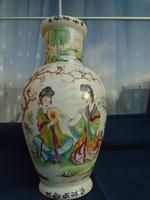 單個中國花瓶,始於18世紀中葉的清武彩王朝。從其中可以看到美麗逼真的作品