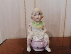 Antik porcelán szobor , bilin ülő gyermek