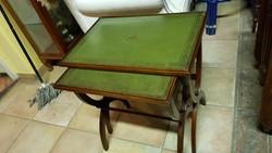 Zöld bőrtetejű egymás alá helyezhető 2 asztalka
