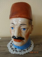 Régi, antik kerámia persely: piros fezt viselő férfifej