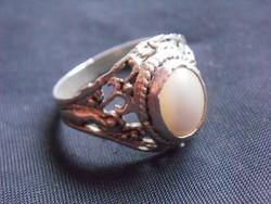 800-as ezüst,dúsan cizellált gyűrű, opálos kővel.Elegáns, nőies darab.Remek ajándék ötlet hölgyeknek