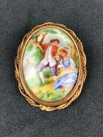Zsáner jelenetes porcelán betétes bross / Limoges