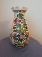 Virágmintás, fodros szélű népies kerámia váza
