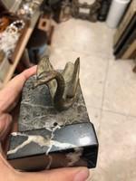 Bronz hattyú szobor, márvány tavon uszó, 8 cm-es, karácsonyra