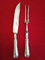 Ezüst nyelű hússzeletelő villa és kés.