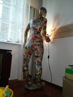 Próbababa szerű ember nagyságú állólámpa szobor reklám címkés papír bábu színes női alak