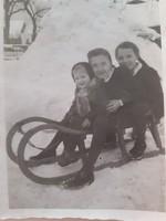 Régi gyerekfotó szánkózás téli játék a hóban fénykép 4 db