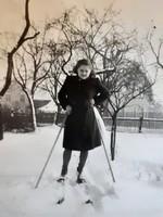 Régi női fotó 1940 körül vintage téli fénykép síléc