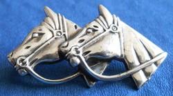 Lovas ezüst kitűző páros lófej ló bross