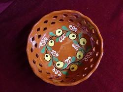 Kézzel festett kerámia asztalközép, 20 cm az átmérője.