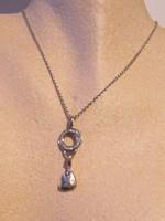 Ezüst nyaklánc egyszerű és elegáns köves medállal
