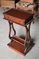 Antik fiókos kis asztal