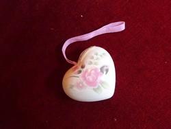 Szív alakú, rózsa mintás illatosító, selyem szalaggal.