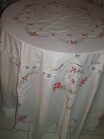 Meseszép horgolt csipke betétes rávarrt és keresztszemes hímzett virágos kerek kézimunka terítő