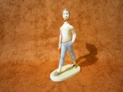 Aquincumi porcelán esernyővel sétáló kislány