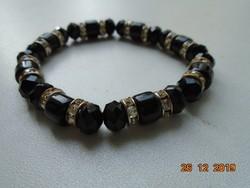 Obszidián fazettált gyöngyökből és Swarovski köves fém gyöngyökből, karkötő