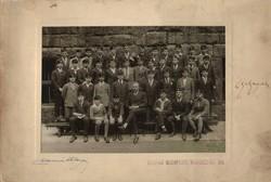 Régi osztálykép vastag kartonon, Bocskai sapkában.  5. Botfan foto