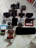 Régi fényképezőgépek és tartozékaik.