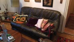 Belga 3 részes bőr ülő garnitúra,jó állapotban lévő megkímélt sötétbarna színű kerek asztalal