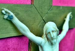 14. Antik, ELEFÁNTCSONT Jézus Krisztus, kereszt, Korpusz (12.8 cm),  34.5 cm-es barok fa keretben!