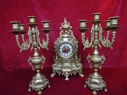 Bronz öt ágú gyertyatartó (2db), bronz álló óra (kvarc), mind 40 cm magas.