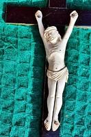 24. Antik CSONT (elefántcsont?) Jézus  Krisztus 10cm,  29cm-es aranyozott talpas feszületen, kereszt