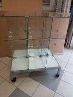 Üveges vitrin, árusító vitrin