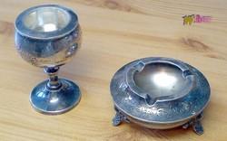 Ón asztaldísz páros, vésett dekorációval. Hamuzó, és mécsestartó, összetartozó darabok.
