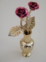 Két szál aranyozott mini rózsa vázában