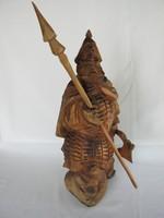 Faragott fa szobor harcos dárdával és fejszével