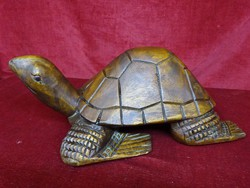 Fa teknősbéka, egy rönkből készült, teknős súlya 2,6 kg, hossza 42 cm, magassága 17 cm.