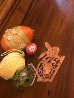 Húsvéti tojás kézzel festett üveg. fa, rafia, és egy fa nyuszi.