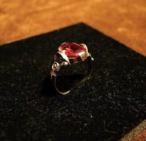 Antik, 800-s finomságú agárfejes ezüst gyűrű szintetikus rubinnal.