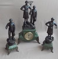Szemet gyönyörködtető nagyon régi mechanikus kandalló óra
