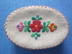 Hímzett virágos textilborítású ovális doboz
