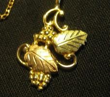 """""""Black Hills"""" (Fekete Dombok) 12 karátos sárga zöld és rózsaszín arany nyakék ."""