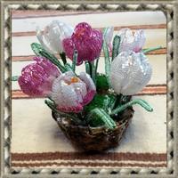 Gyöngyből készített jácint-krókusz fonott kosárban GYV21-2