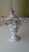 Kis porcelán váza apró virágokkal díszítve