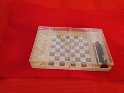 Antik utazó mágneses előd mini SAKK készlet préselt műanyag gyönyörű figurákkal és állapotban