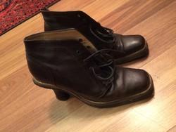 Sötétbarna magassarkú cipő