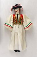 0Z740 Öltöztetett népviseletes nemzeti színű fiú rongybaba 33 cm