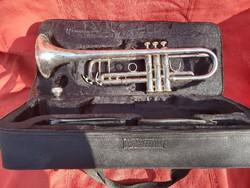 Ezüstözött trombita, eredeti tartójával.