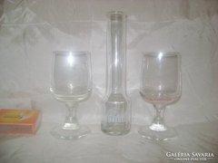 Fütyülős barackos kis üveg két pohárral