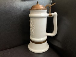 Jelzett réz fedeles, címeres fehér korsó, söröskorsó, 25 cm.