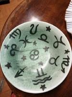 Kerámia tál  Gorka jelzéssel. Zöld fekete horoszkóp jelekkel díszítve.