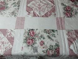 Szépséges rózsás patchwork ágytakaró
