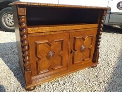 Eladó egy 2 ajtós, polcos koloniál  komód. Bútor szép állapotú. Méterei: 90 cm x 50 cm x 70 cm.  Bár