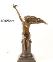 Nő galambbal a kezében- galambot reptető nő bronz szobor