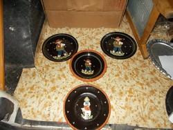 Négy figurális festett majolika tányér